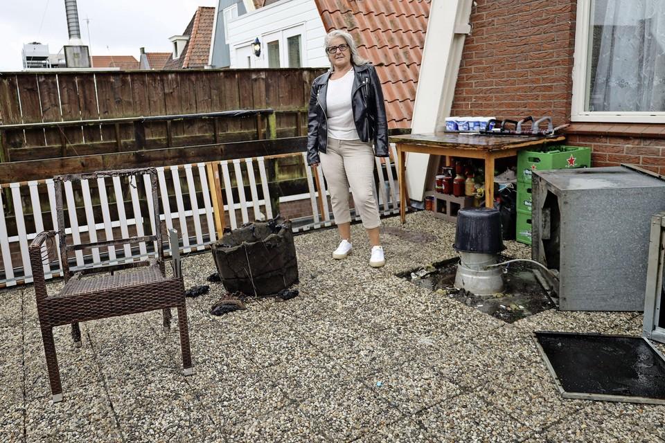 Frederique Ligthart op het platte dak waar de afvoer van de afzuiginstallatie die vlam vatte op uitkomt.