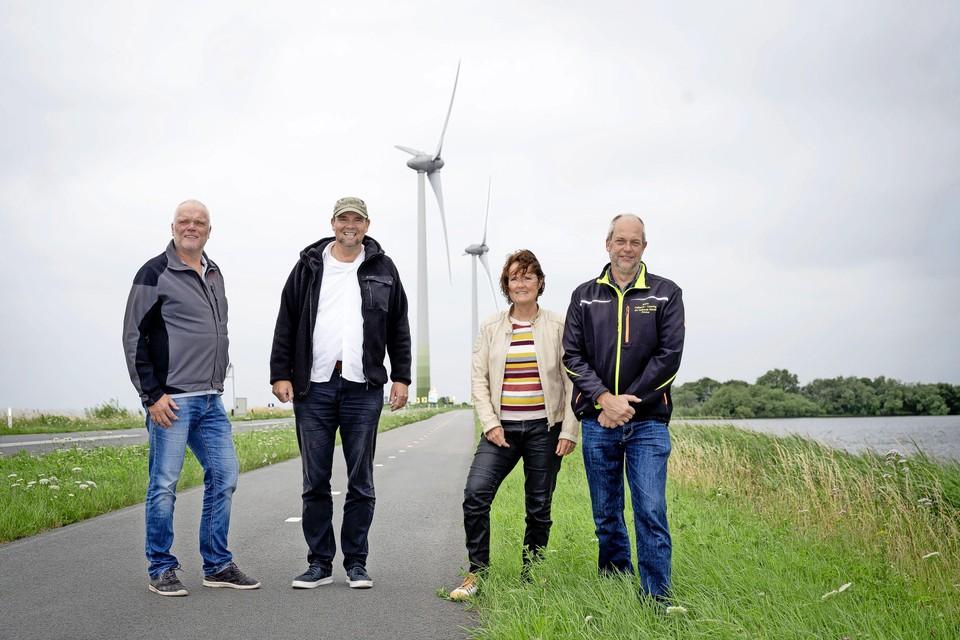 Leden van de werkgroep Natuur en Milieu van de Eilandraad bij de huidige twee windmolens. Van links naar rechts: Cees Teerhuis, Peter Grubben, Margriet Swart en Dirk Kaars.