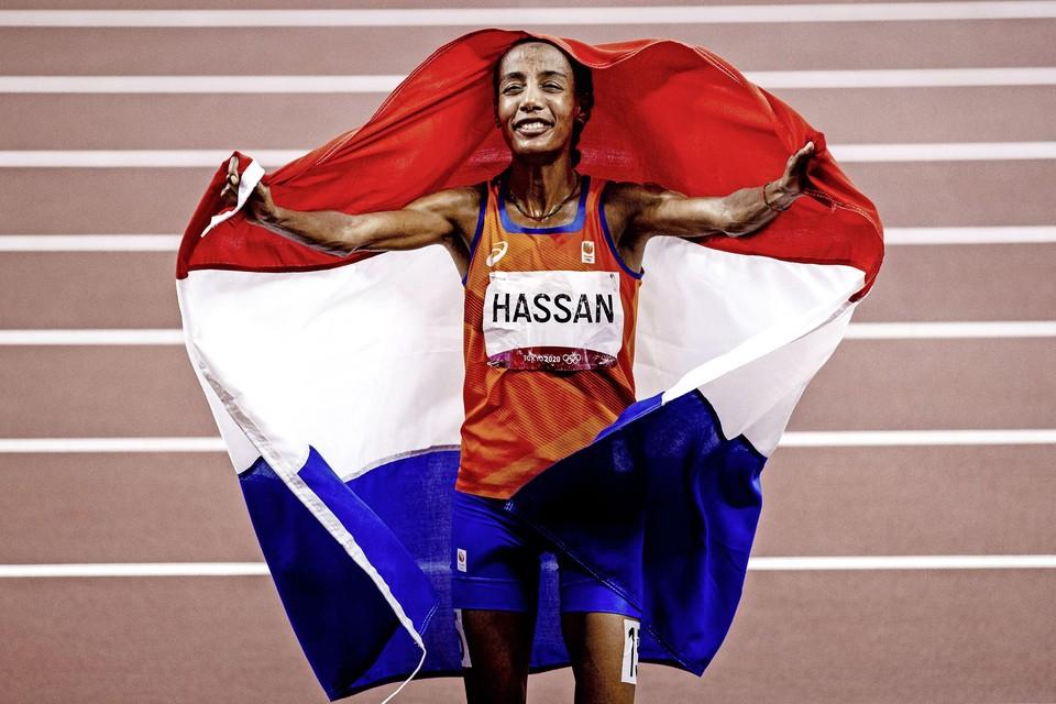 Sifan Hassan met de Nederlandse vlag na het winnen van de finale 10.000 meter.