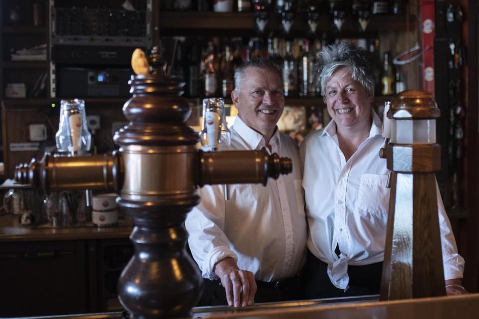 Ad en Carla van Schie, september 2021. Café De Zon staat te koop en ze hopen dat het een kleine groep Wijk aan Zeeërs lukt de dorpskroeg over te nemen en te behouden.