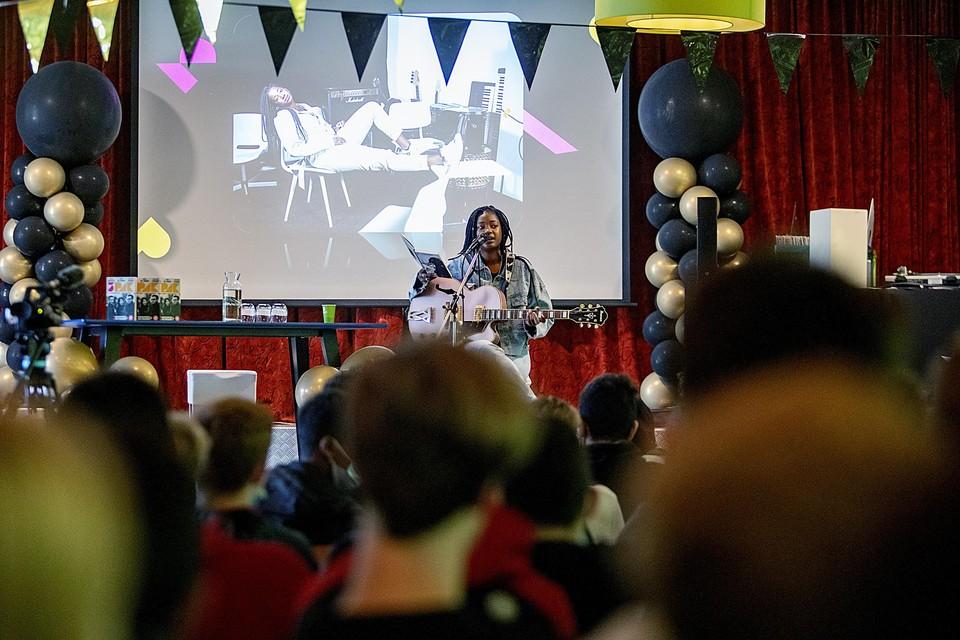 Schiavone Simson zingt op het vmbo-Boekenbal.