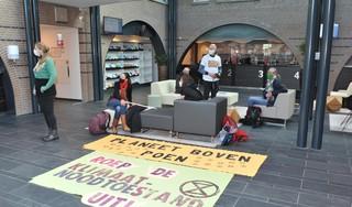Extinction Rebellion Castricum 'bezet' het gemeentehuis: 'Roep de klimaat- en ecologische noodtoestand uit!'