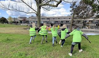 Vijftig Zaanse kinderen binden de strijd aan tegen zwerfafval: vreemdste vondst tot nu toe? Een teenslipper