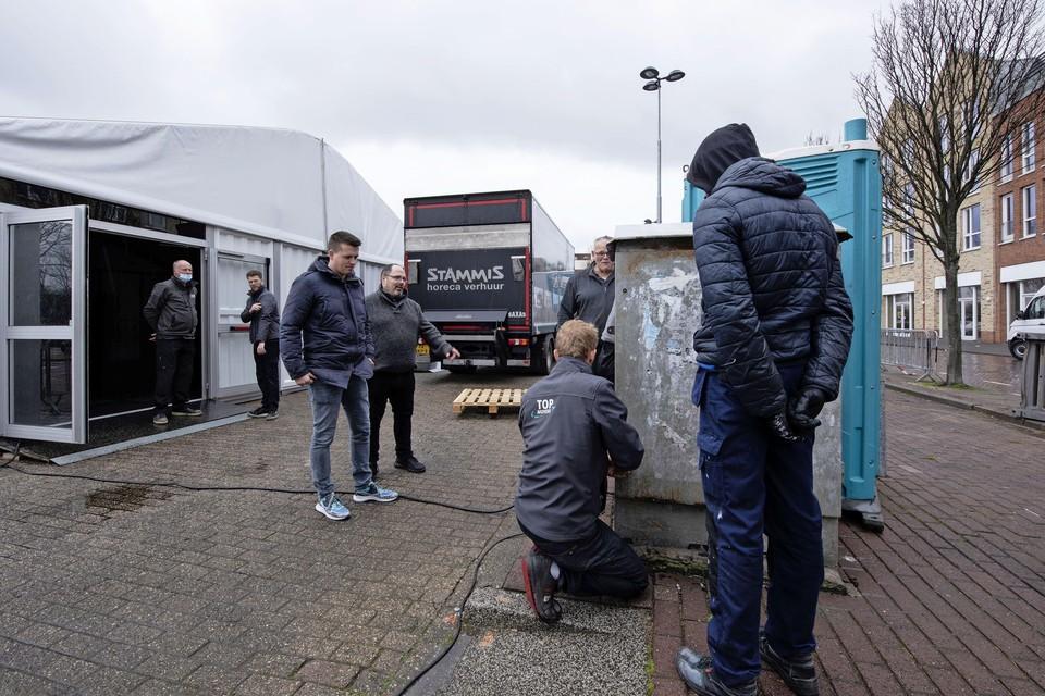 Het stembureau op het Meerplein wordt opgebouwd.