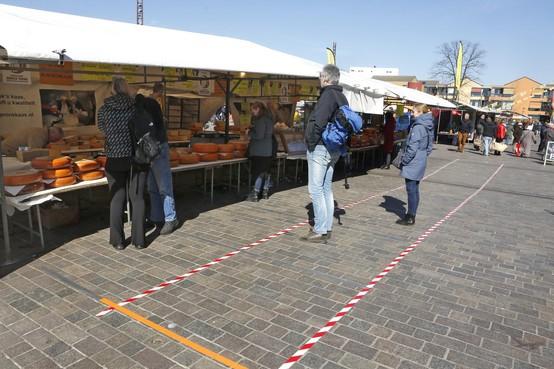 Wachtvakken op een rustige Hilversumse weekmarkt; ook andere markten in Gooi aangepast