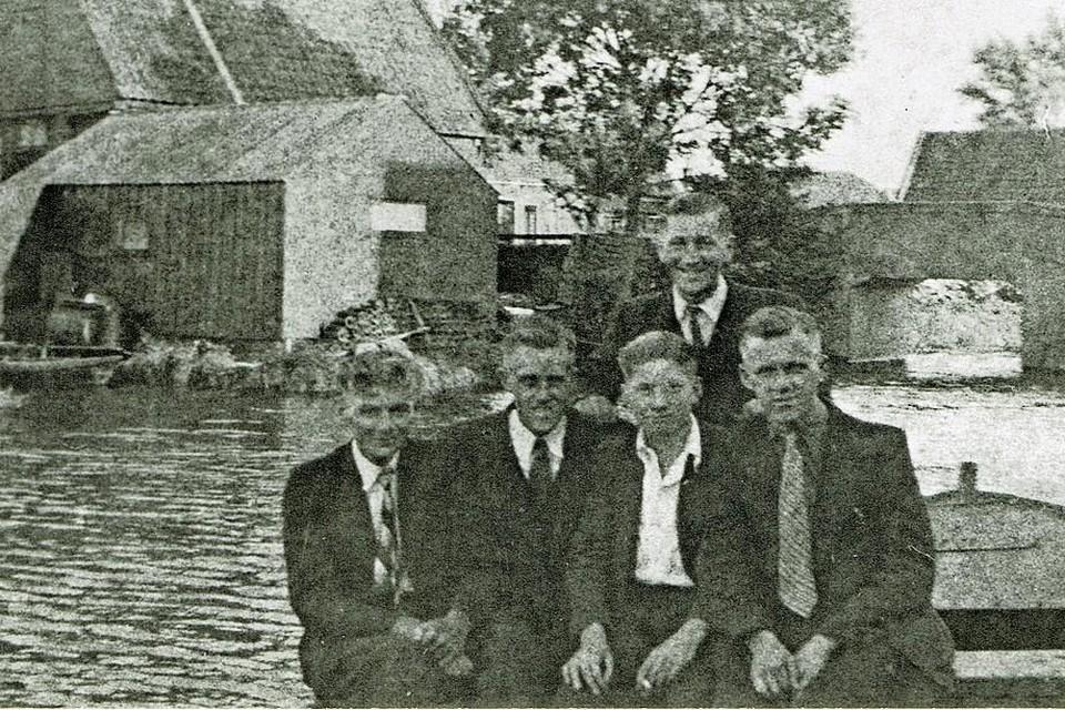Onderduiker Frans Osterhaus (2e van rechts) in Wervershoof. Achter hem staat Piet Osterhaus.