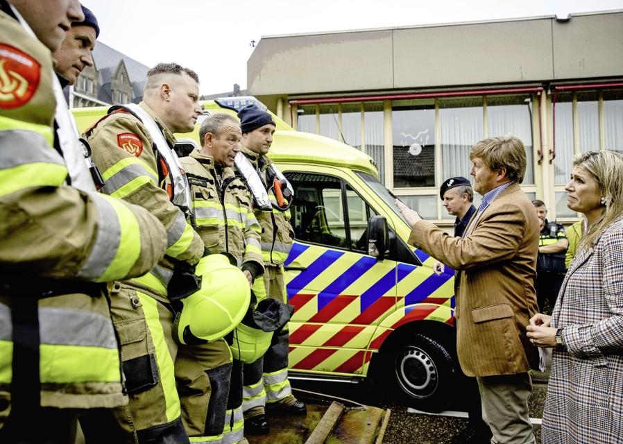 Koning Willem-Alexander en koningin Maxima bekijken donderdag in Valkenburg de schade die het noodweer de afgelopen dagen heeft aangericht.