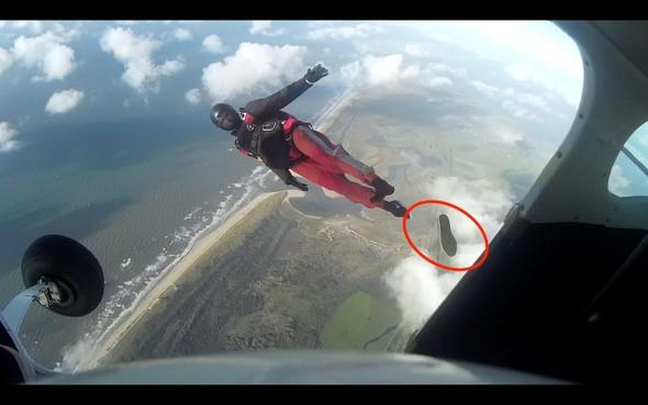 Man zoekt schoen na parachutesprong op Texel: 'Mocht je 'm op je kop gekregen hebben, mijn excuses' [video]