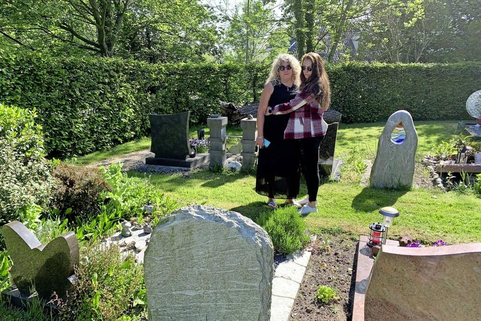 Caroline Loots met haar dochter Diane bij het graf van haar vader. ,,Die is van '38 en heeft onderduikers geholpen. Wat weten jongeren nu van vrijheidsbeperkingen? Helemaal niets.''
