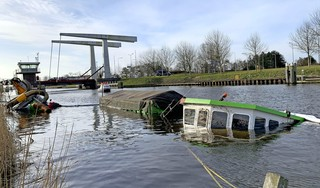 Een schipper zag de dekschuit met de tractor zinken. Te laat. Een half uur later lag de Hildebrand op de bodem van het kanaal. Een doorvaarder na een aanvaring? [video]
