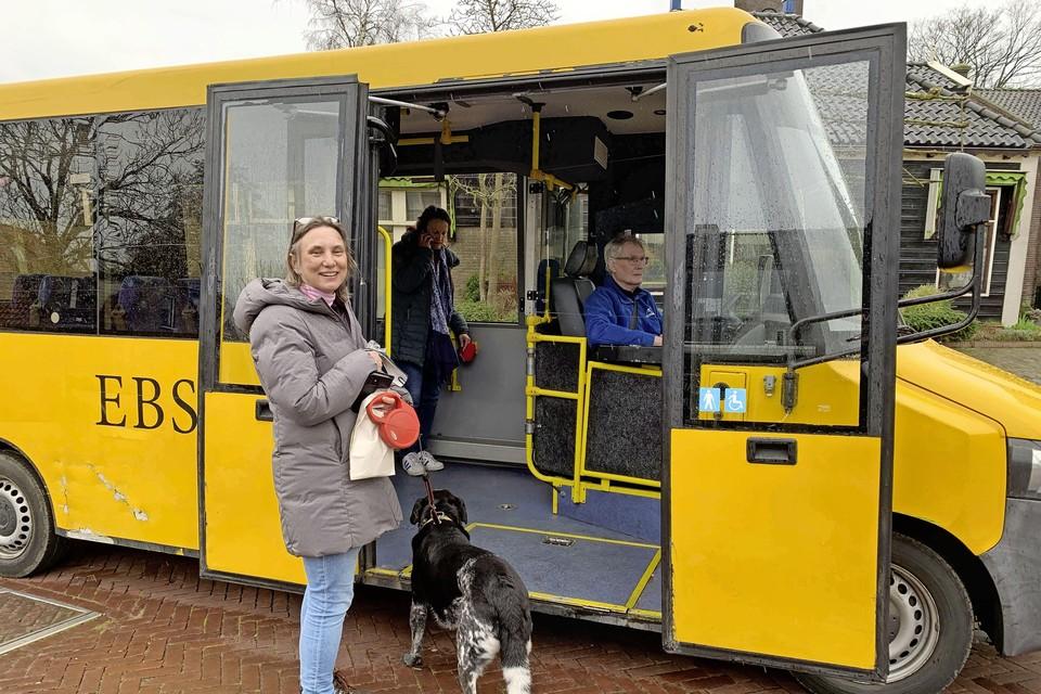 Chauffeur Lou Bommer wacht in de stembus op passagiers, die Petra van Lint tevergeefs aan het ronselen is. Vanwege het gebrek aan passagiers krijgen Laura Bromet en haar hond een lift naar huis.