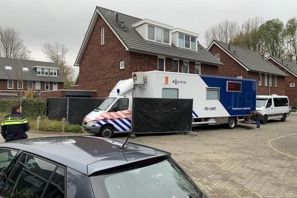 November 2020: de politie kamt de woning van de familie B. in Hoorn uit op zoek naar bloedsporen en spullen van Sumanta.