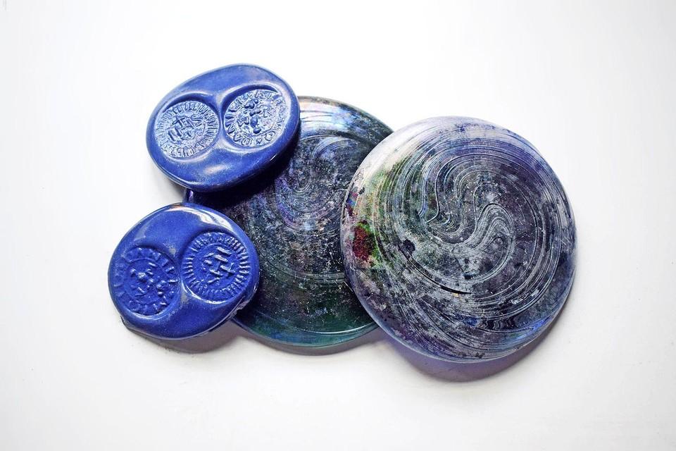Schijfjes met inscriptie van blauw Venetiaans Glas, gevonden in hartje Hoorn.