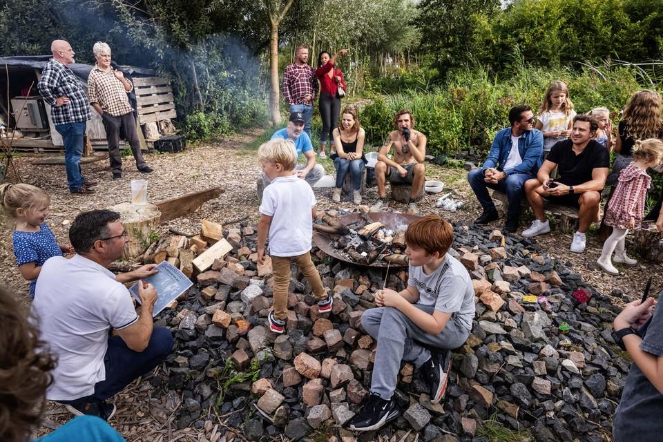 Vijf jaar De Groene Boerderij wordt gevierd met een 'Betoverde bostuin'. In het kampvuur liggen appels te poffen.