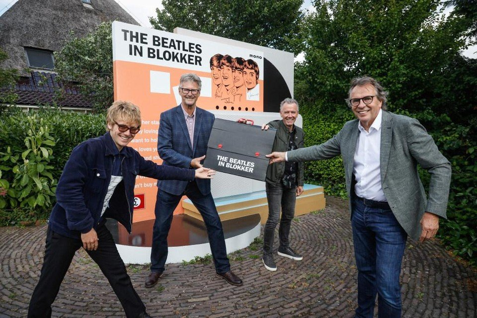 Gert Elzinga (midden) draagt het Beatlesmonument, samen met Kees en Peter Schaper over aan wethouder Dirk te Grotenhuis (rechts).