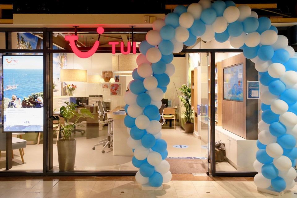 De feestelijke ballonnenboog bij het pas geopende reisbureau van TUI in het Makado Centrum in Schagen.