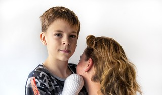 Randy (10) uit IJmuiden moet knokken na de dreun: moeder van slachtoffer vuurwerkongeluk wil fellere aanpak handel in illegaal spul