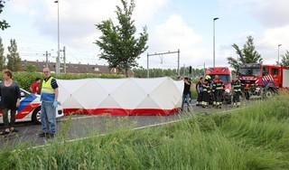 Twee personen gewond bij auto te water in Beverwijk, traumahelikopter ingezet [video]