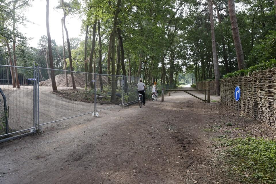 Larense omwonenden protesteerden tegen een ontsluitingsweg via Laren: als oplossing is de slagboom verplaatst.