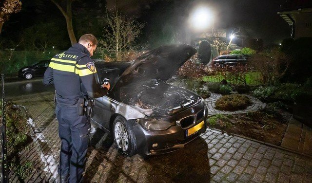 Buurtbewoners en politie krijgen autobrand onder controle in Baarn