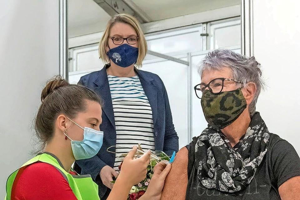 Een vrouw krijgt een coronavaccin in Hoorn.