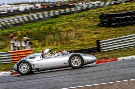 Historische racewagens rijden voor de allerlaatste keer door de old school Arie Luyendykbocht [video]