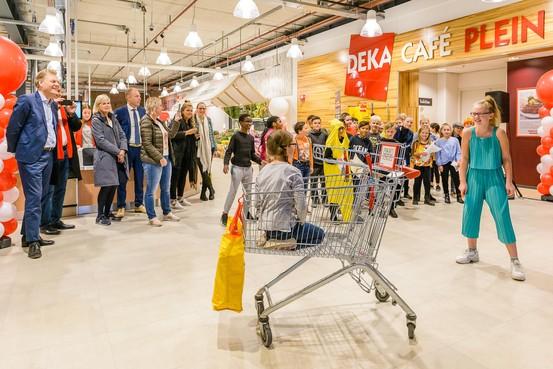 Leerlingen openen Dekamarkt in Wormerveer met zangstuk