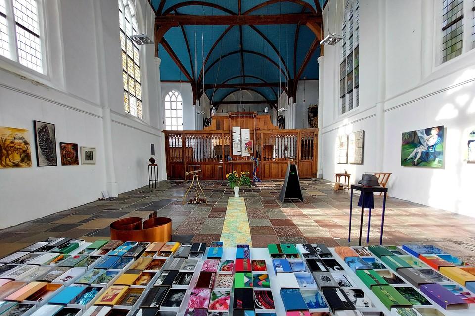 In de Grote Kerk van Oosthuizen zorgen tien kunstenaars met hun werken in uiteenlopende disciplines voor een kleurrijk tafereel.