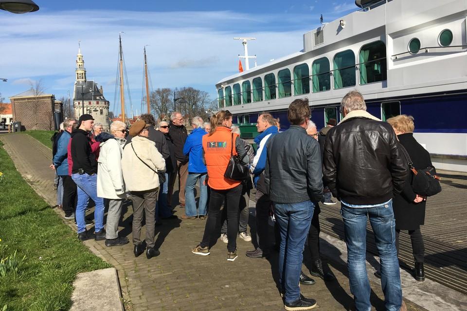 De Westfriese rolstoelduwers staan te wachten bij de Prins Willem Alexander.