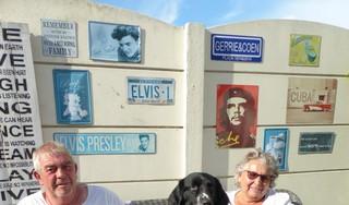 Gerrie en Coen Makelaar, geboren in Den Helder, als tieners tegen hun wil verhuisd naar Friesland, maar na 45 jaar dolgelukkig terug in hun geliefde stad