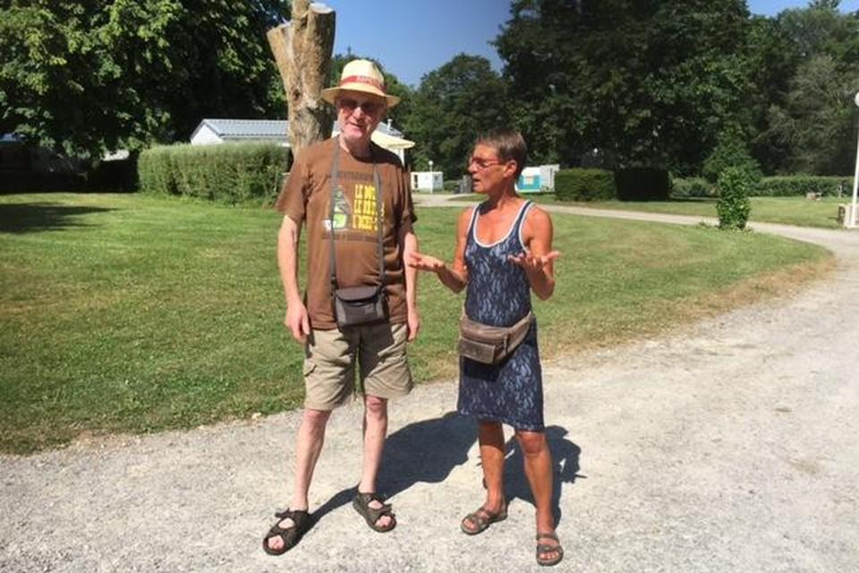 Katinka Wiltenburg legt een journalist van de plaatselijke krant uit hoe het werkt op camping Kerisole