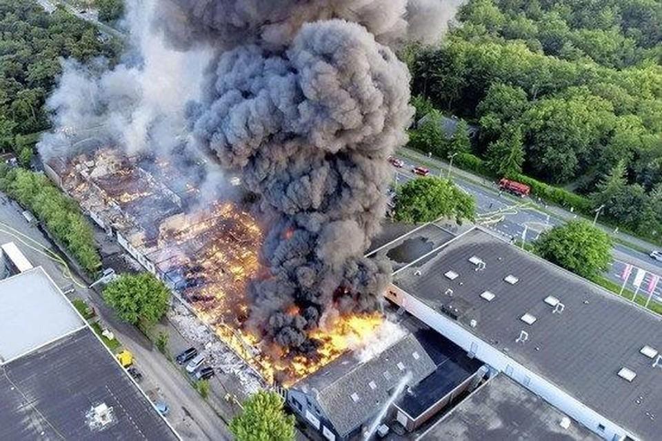 De grote brand in Soesterberg van begin deze week. Daarbij werden onder meer vier 'blusreuzen' van Schiphol ingezet.