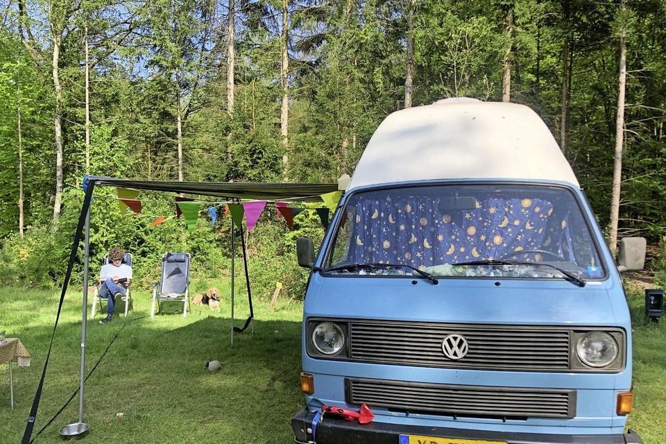 Daan Brinkerink bij de blauwe camper.