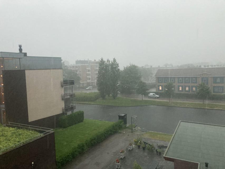 Van 25 graden naar zware onweersbuien: ook in Alkmaar komt een paraplu nu wel van pas.