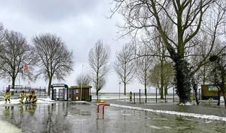 Harde wind op Markermeer veroorzaakt overstromingen in straten Volendam [video]