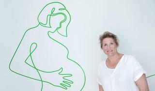 Over een roze wolk, donder en bliksem: Verloskundige Dieuwke Ottens wil ook na de geboorte zorg blijven verlenen