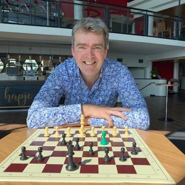 Frank Tijdeman wil met achthonderd schakers in Zaantheater wereldrecord schaakles vestigen