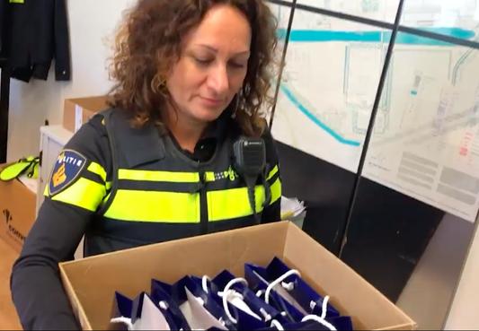 Politie Zaanstad deelt 125 bedanktasjes uit in plaats van iftar-diner