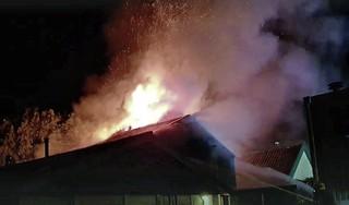 Grote brand in Zuid-Scharwoude, brandweer probeert overslaan vuur te voorkomen [video]