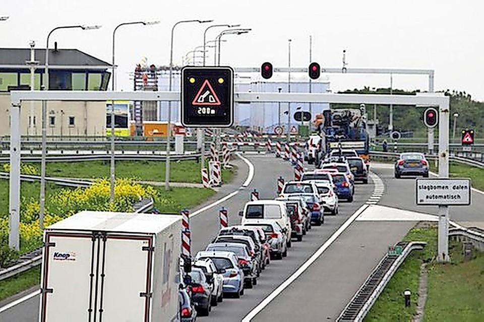 Een eerdere file op de A7, ditmaal bij de brug over de Lorentzsluis.