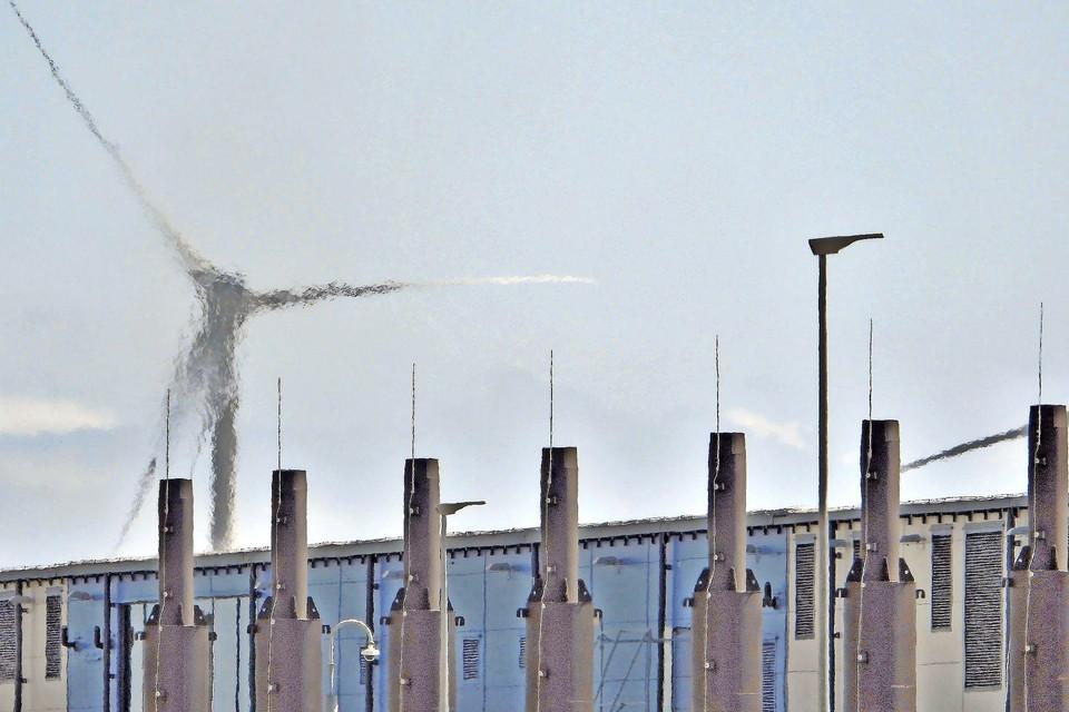 Dieselrook stijgt op uit een van de noodaggregaten bij het datacenter van Google, in Middenmeer, Hollands Kroon.