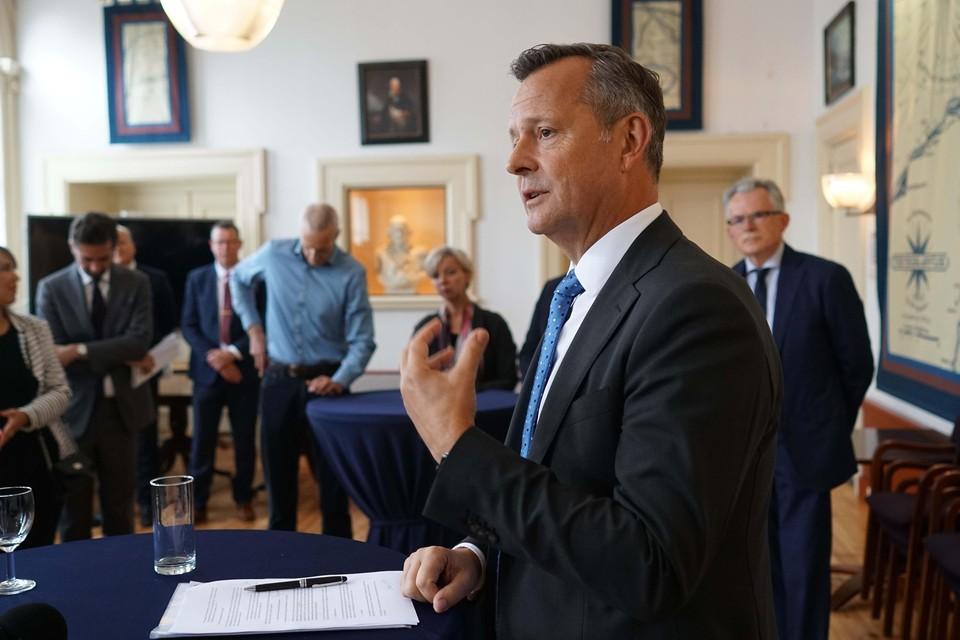 Commissaris van de Koning Arthur van Dijk vertelt in de Van Kinsbergenzaal over zijn bezoek aan Den Helder.