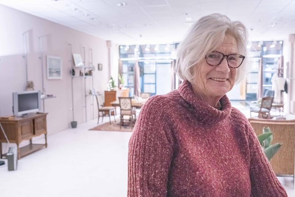 Oma Jo, zichtbaar in haar element in het winkelcentrum.