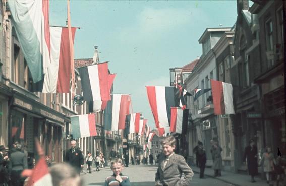 In Purmerend lagen de vlaggen voor de bevrijding overal klaar op de zolders [video]