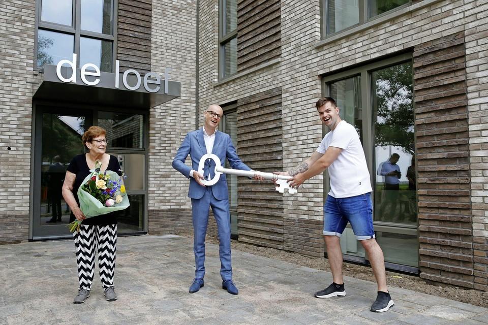Directeur François Classsens overhandigt de symbolische sleutel aan mevrouw Bonneau en de heer Van Dinther.