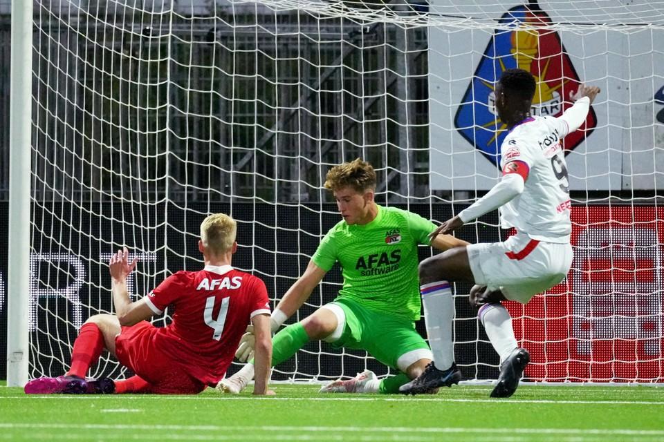 Plet scoort het doelpunt. Link Tijs Velthuis en midden keeper Sem Westerveld van AZ.