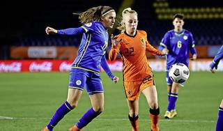 Na de training met Oranje gaat voetbalster Inessa Kaagman vaak nog even spelletje doen met wat ploeggenoten: 'Verliezen met Keezen, is echt bloedirritant!'