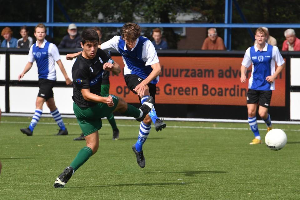 Sam Nijman (ADO'20) schiet op het Limburgse doel, maar keeper Mark Voss redt.