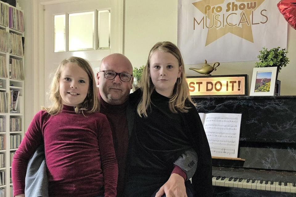 Lars van der Brugge met dochters Emma en Ilja.