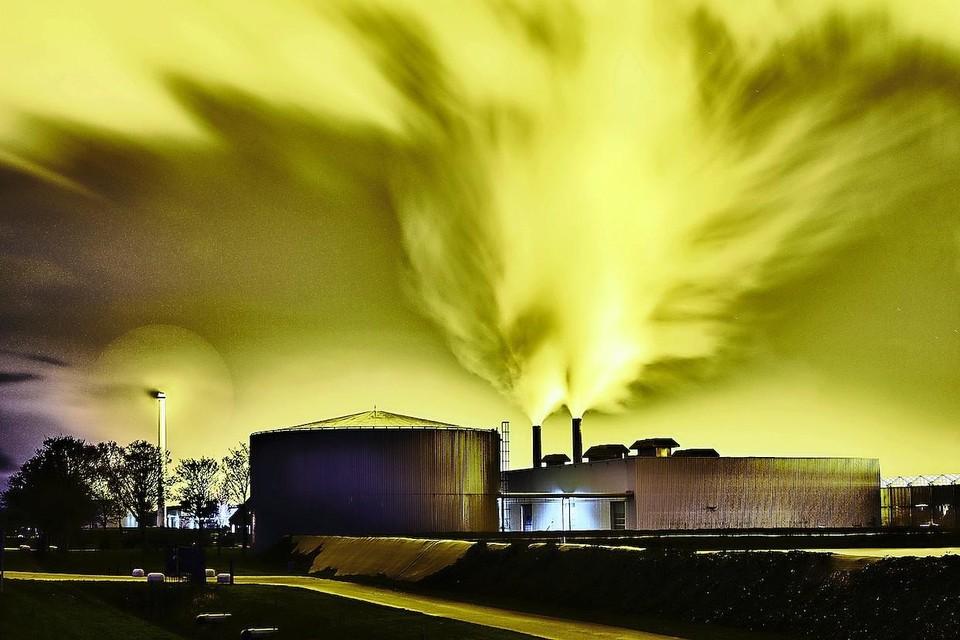 Een bewerkte foto van licht dat kassen op Agriport 's nachts produceren.